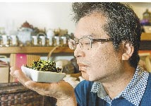 堅持有機栽作的洺盛農場第三代茶農陳洺浚。(鄭任南攝)